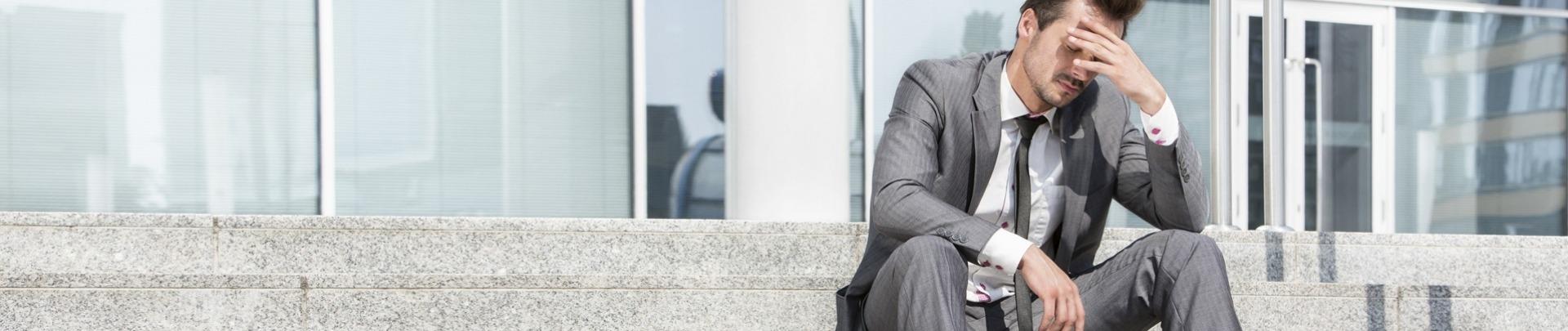 Man op trap met burnout